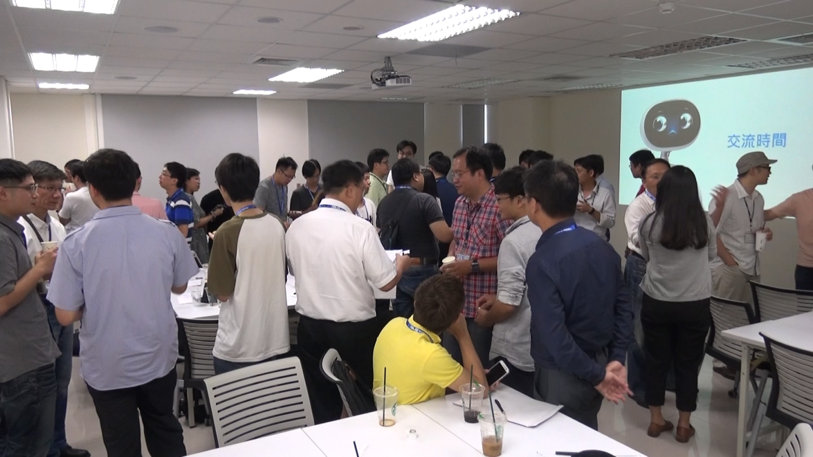 Enthusiastic interaction between Zenbo's development team and developers.