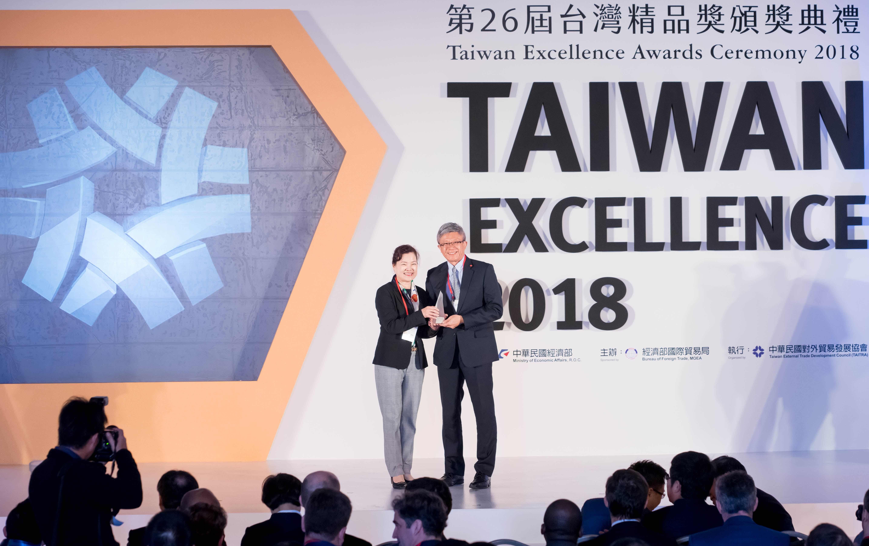 華碩智慧機器人ASUS Zenbo獲得銀質獎肯定,由全球副總裁謝明傑(右)代表由經濟部次長王美花(左)手中接獲獎座