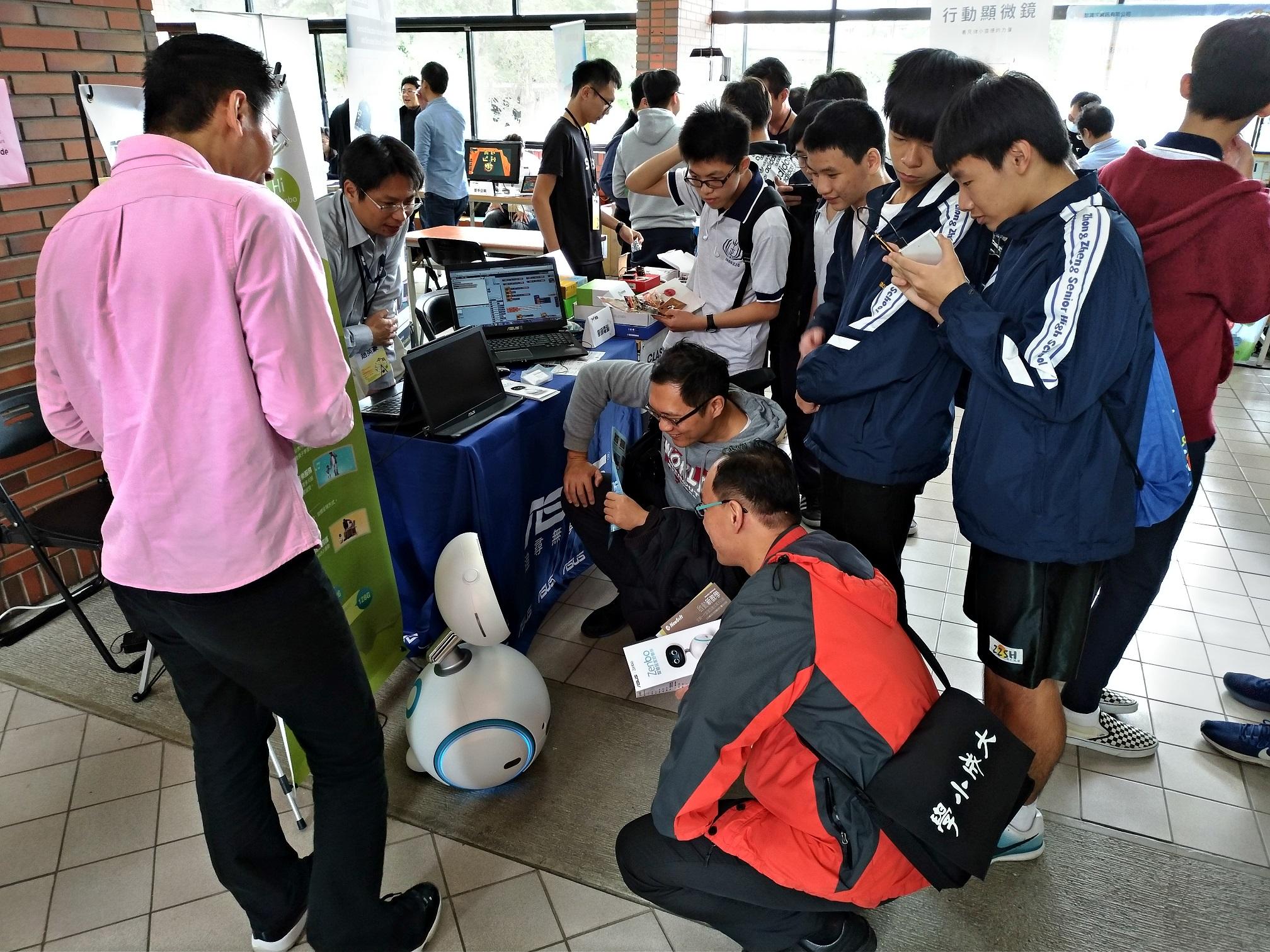 華碩出席教育部106年國中小行動學習優良學校選拔活動暨動態成果展,並於現場師生展示ASUS Zenbo與Scratch的全方位應用